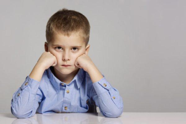 criança sentada triste depois de receber castigo