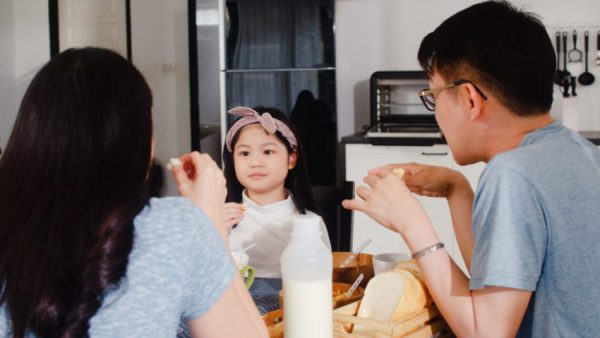 Família conversando sobre separação dos pais