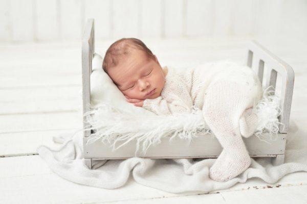 sono do bebê - bebê dormindo em berço branco