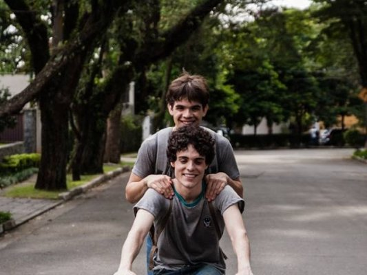 Cena do filme Hoje eu quero voltar sozinho, que conta sobre a sexualidade na adolescencia