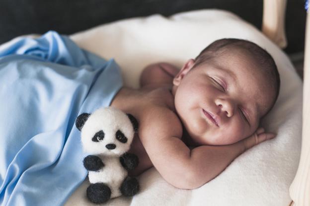 recém nascido dormindo após parto normal