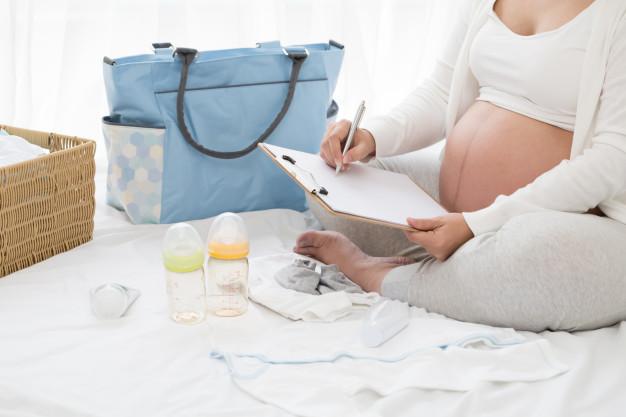 mulher grávida fazendo contas sobre doulas