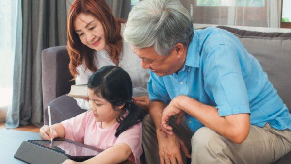 Criança e avós mexendo em tablet