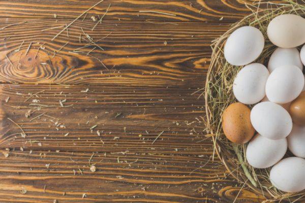 cesto com ovos em cima da mesa
