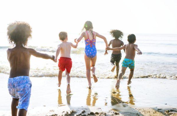 Brincadeira de pega pega na praia
