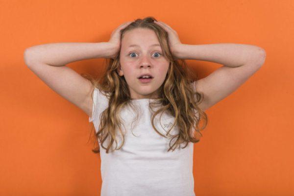 Menina com expressão de susto