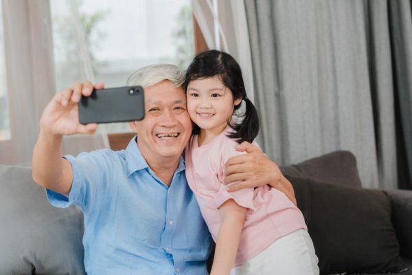 avo e criança tirando foto rede social sharenting