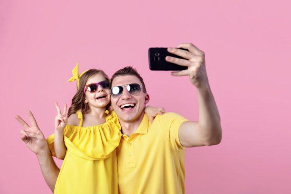 Família tirando foto para rede social sharenting