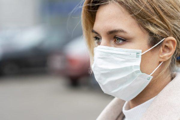 mulher usando máscara cirurgica