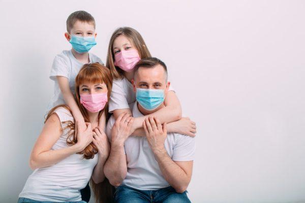 Família com máscaras de proteção devido ao novo coronavírus
