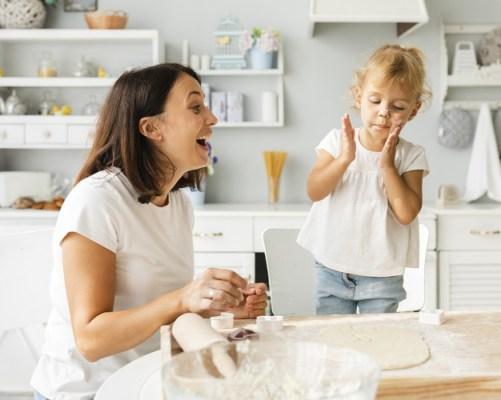 Mãe e filha cozinhando juntas