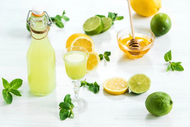 Garrafa e copo com bebida de limão. Foto: Freepik