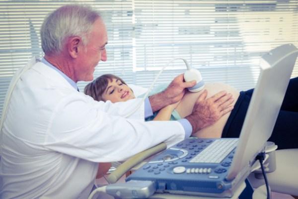 Médico fazendo ultrassom