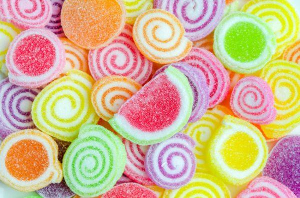Balas coloridas e variadas