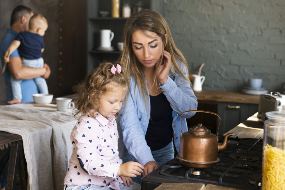 Mãe e criança preparando chá