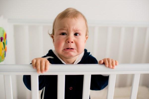 bebê chorando de fome