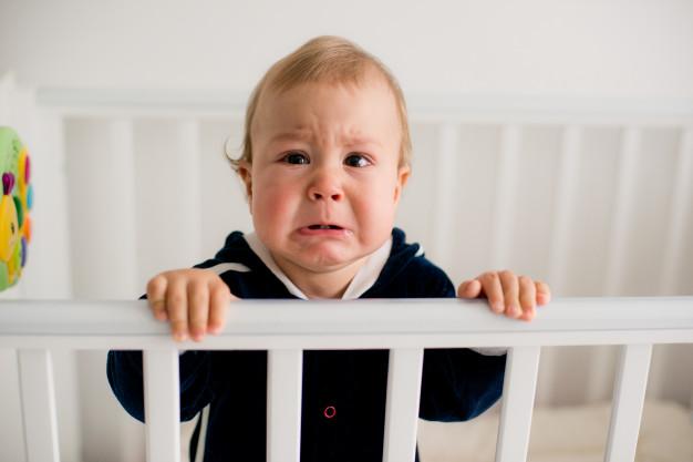 bebê chorando no berço