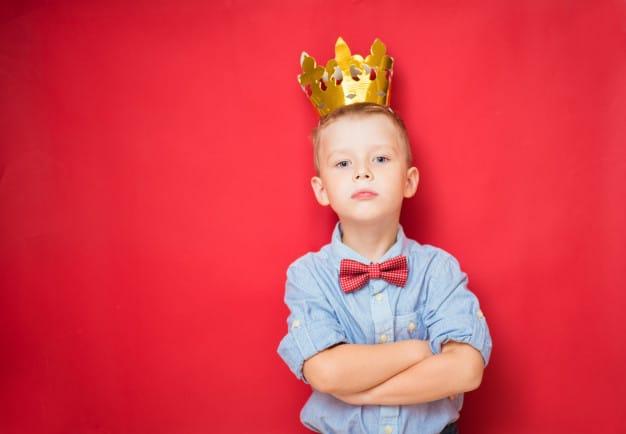 menino com a coroa na cabeça
