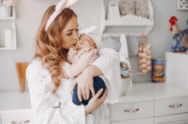 mamãe e bebê com roupas