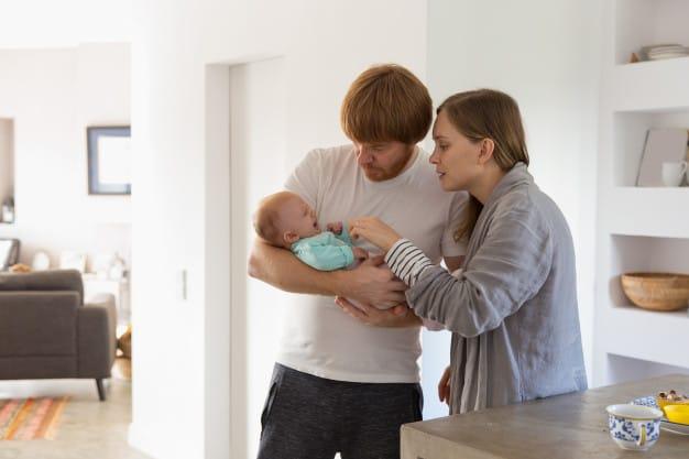 pais segurando bebê