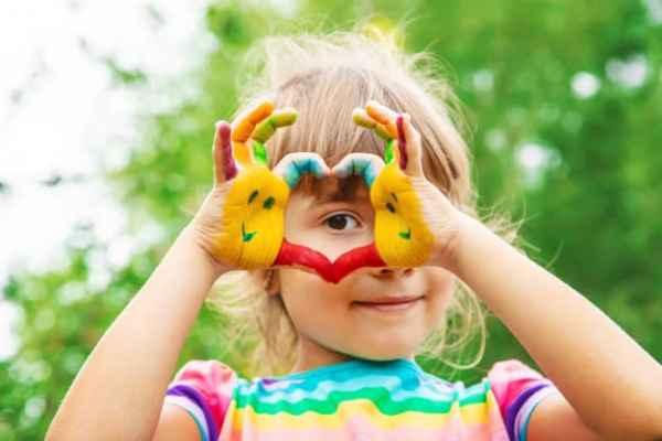Menina fazendo coração com as mãos