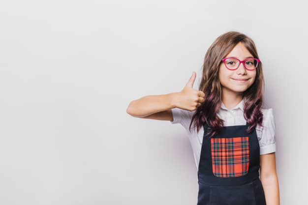 Menina com óculos
