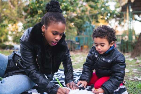 Mulher com seu filho, uma criança de 5 anos