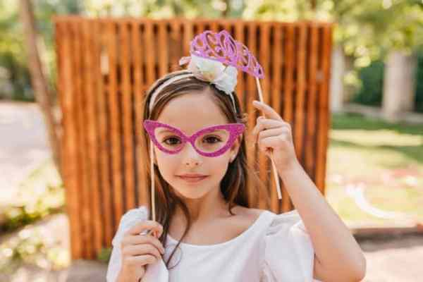 Menina com tiara penteados para meninas
