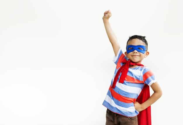 Criança de 6 anos vestido de herói