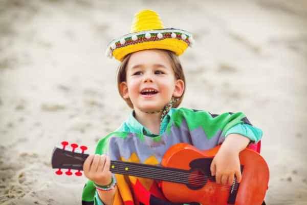 menino tocando violão