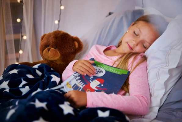 Menina dorminda com livro