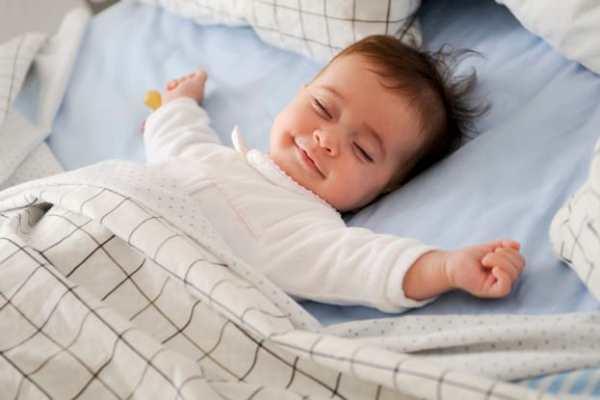 Bebê deitado feliz