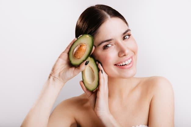 Mulher segurando o abacate