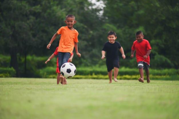 Crianças praticando esportes