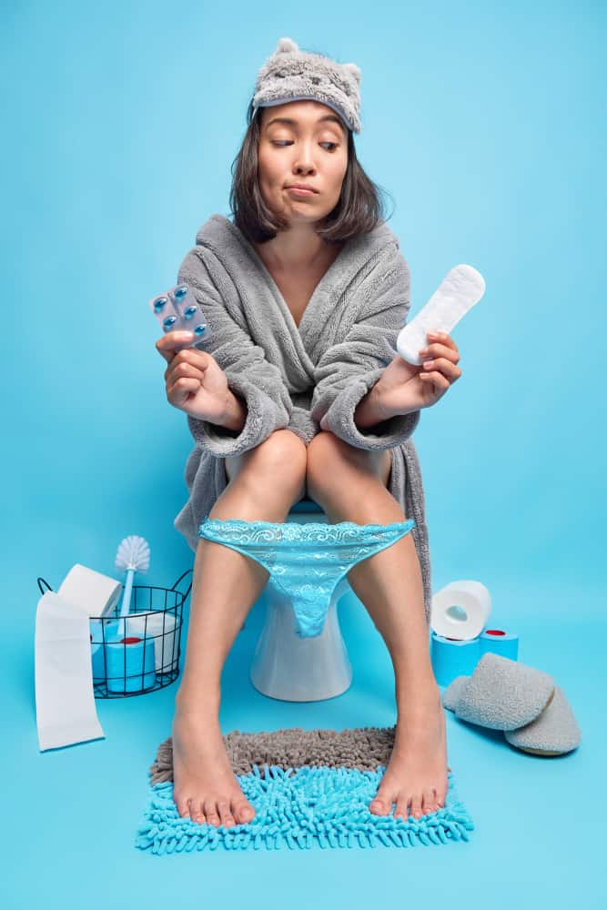 mulher no vaso sanitário