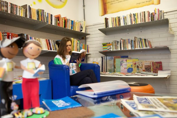 C&A Instituto volunteer reading a book