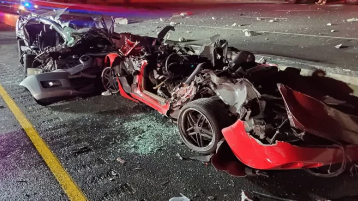 2 dead, 4 injured in 3-vehicle collision on Hwy  401 in Mississauga