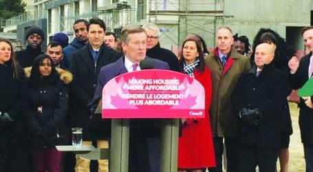 John Tory aplaude anúncio feito pelo primeiro-ministro Justin Trudeau