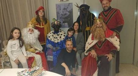 """Iniesta criticado por posar com """"Reis Magos"""" com cara pintada de negro"""