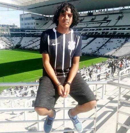 """Douglas Murilo Celestino tinha 16 anos. Era muito popular nas redes sociais, tendo quase dois mil seguidores no Facebook. Segundo """"O Globo"""", tinha pedido à mãe para mudar de escola, mas como já estava no último ano a mudança não aconteceu. Foto: Facebook"""