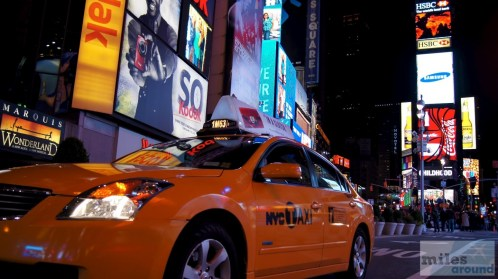 Taxi am Times Square bei Nacht