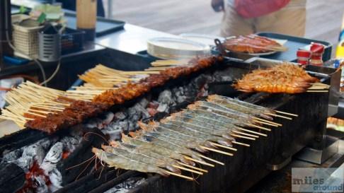 Satay-Spieße auf dem Grill