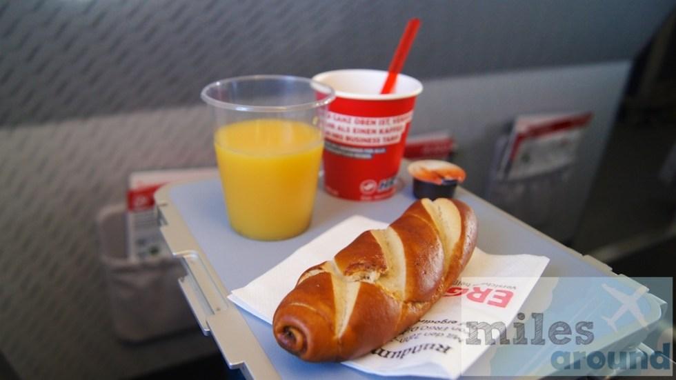 kleiner Snack - Laugenstange mit Kaffee und Orangensaft