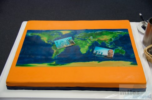 Schokoladentorte mit Weltkarte und Flugverbindung