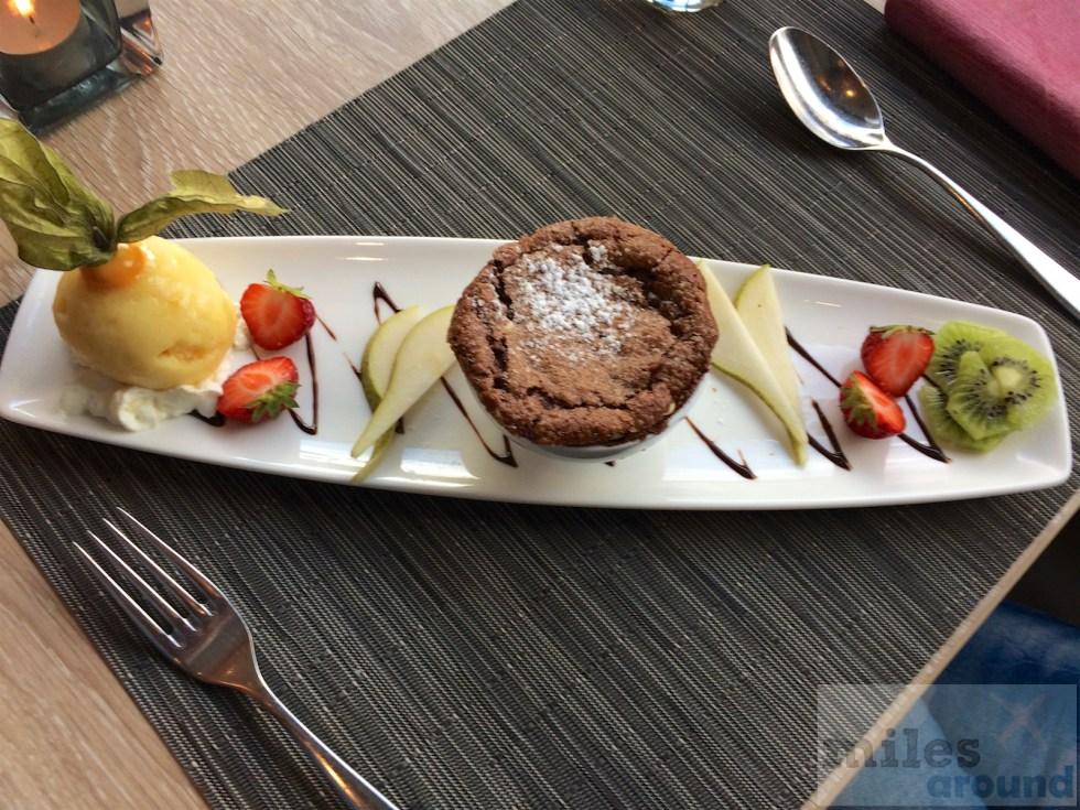 Schokoladenkuchen mit einem Sorbet der Passionsfrucht