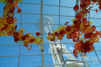 """""""Glass House"""" im Chihuly Garden and Glas Museum mit der Space Needle im Hintergrund"""