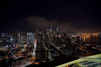 Seattle bei Nacht von der Aussichtsplattform der Space Needle