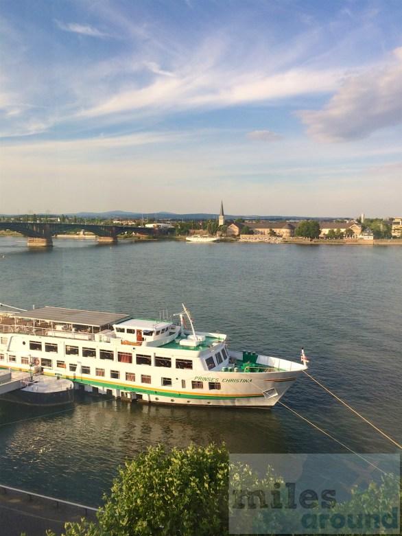 Blick auf den Rhein und die Theodor-Heuss-Brücke