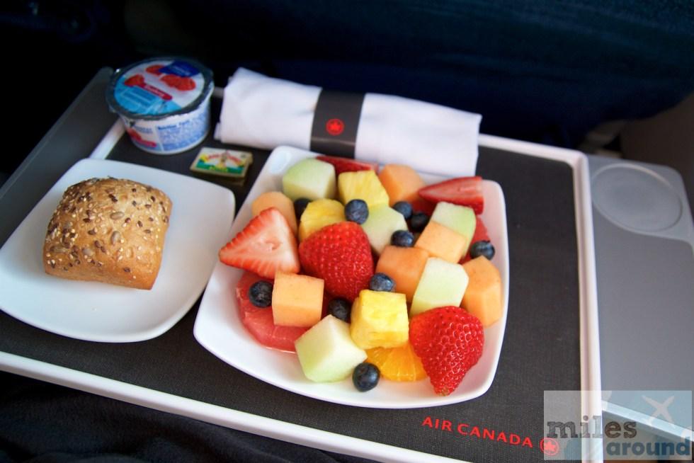 Frühstück in der Air Canada Business Class im Embraer ERJ-190