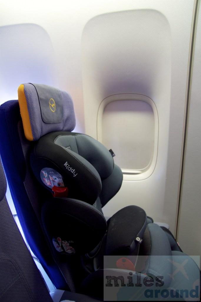 Onze kinderzitje op een Lufthansa Economy Class stoel